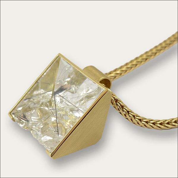bergkristall anhänger pendant gold special besonders schliff unique einzigartig goldschmiede freiburg handmade handarbeit