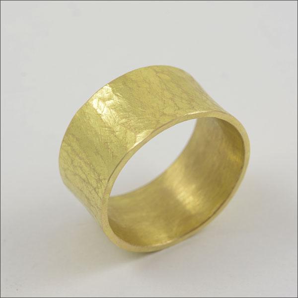 gold ring goldring structure struktur oberfläche schmuck goldschmiede handmade handarbeit