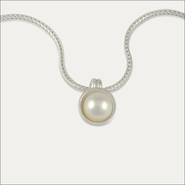 perle pearl pearls anhänger pendant gold silber silver schmuck handmade handarbeit goldschmied freiburg
