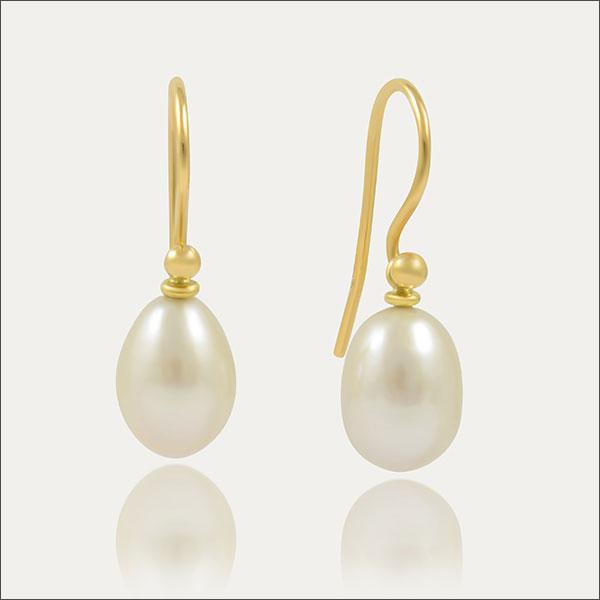 perle pearl pearls süßwasserperle ohrhänger earrings gold schmuck handmade handarbeit weiß white shiny goldschmied freiburg