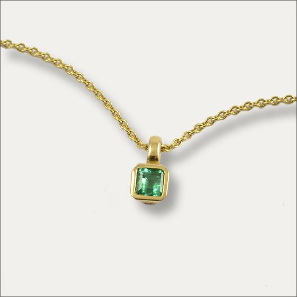 smaragd anhänger emerald pendant grün green gold handmade handarbeit unique einzigartig exclusive goldschmiede freiburg
